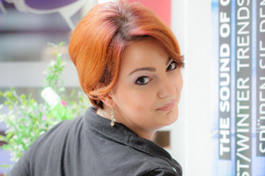 Friseurin im Haarpavillon